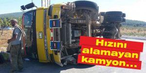 Hızını alamayan kamyon yan yattı