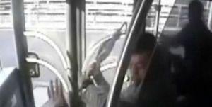 Metrobüs kazası şoföre saldırı anı görüntüleri